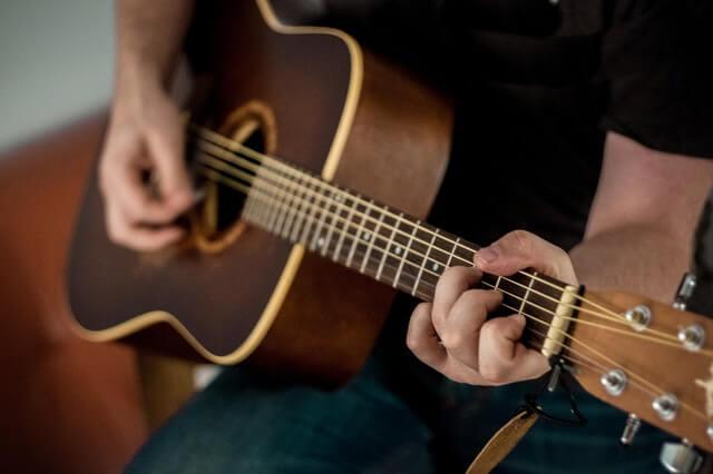Cara Memilih Gitar Akustik Terbaik untuk Pemula